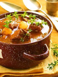 La ricetta del Goulash con patate e cipolline si avvicina molto al pörkölt che vuol dire 'stufato' in ungherese. Buonissimo e intramontabile!