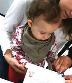 A garotinha da foto se chama Valentina. Ela completou um ano este mês e cativou os funcionários do Poupatempo Registro durante o atendimento para o 1º RG. Além de ser mais prática que a Certidão de Nascimento, a Carteira de Identidade também deixa a criança mais segura.