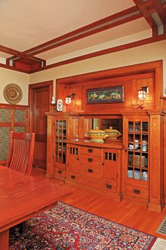 ❤️❤️❤️ South DR wall w/pass-through instead of mirror 1916 Bungalow built in buffet - Minneapolis/Photo courtesy of David Heide Design Studio. Craftsman Dining Room, Craftsman Decor, Craftsman Furniture, Craftsman Interior, Craftsman Kitchen, Craftsman Style Homes, Craftsman Bungalows, Craftsman Houses, Craftsman Style Interiors