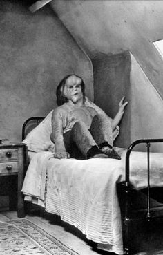 The Elephant Man, directed by David Lynch - Even this looks sad.... - le monstre n'est pas celui que l'on croit.