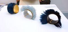 Peggy Derolez - bracelets manchettes de Peggy Derolez (stand des Ateliers de Paris à Révélations). naturel du mouvement des plumes brodées sur un support de cuir, et l'apparente simplicité de l'ensemble qui témoigne au contraire d'un savoir-faire remarquable dans l'art de la broderie.