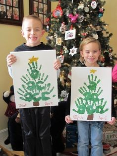 Christmas Crafts for Kids to Make - 26 DIY Easy Decorations for Children. Are you looking for some fun and easy Christmas crafts for kids to make at home or in school? Save collection of DIY decorations to make with your children! Handprint Christmas Tree, Cool Christmas Trees, Christmas Tree Crafts, Christmas Projects, Christmas Gifts, Christmas Decorations, Christmas Ornaments, Tree Handprint, Christmas Ideas