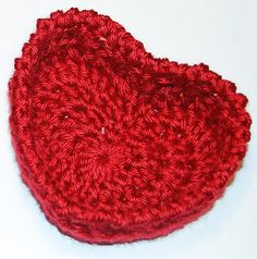 Too cute would be an adorable little gift for Valentines Day! Hugs and Kisses Heart Basket: Free Crochet Pattern. I need to learn to crochet Holiday Crochet, Crochet Home, Love Crochet, Crochet Gifts, Crochet Yarn, Double Crochet, Crochet Flowers, Crochet Hearts, Beautiful Crochet