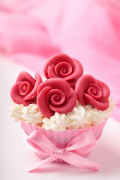 Beautiful Cake Pictures: Cupcake of Red Roses!: Birthday Cupcake, Cupcakes With Flowers Cupcakes Bonitos, Cupcakes Lindos, Cupcakes Amor, Cupcakes Flores, Pretty Cupcakes, Beautiful Cupcakes, Sweet Cupcakes, Flower Cupcakes, Pink Cupcakes
