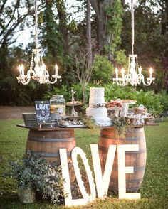 Os barris e as letras gigantes são excelentes aliados para um casamento no campo. Você pode utilizá-los tanto na mesa principal quanto em uma mesa secundária como a de doces ou de bebidas.