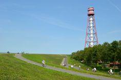 Radurlaub in Ostfriesland - Radfahren in Krummhörn-Greetsiel, immer entlang am Deich und vorbei am Campener Leuchtturm.