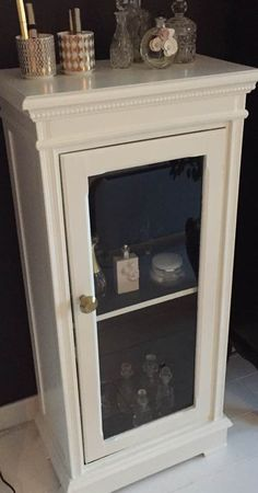 FINN – (Reservert 1.desember)Art Deco hvit-malt skap og krystall- og glass miniflasker