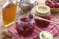 Le ciliegie sciroppate con Porto e cannella sono la variante aromatizzata della ricetta tradizionale delle ciliegie sciroppate.