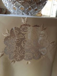 Ipek üzerine el emeği Antep işi / Adana - Türkiye Filet Crochet, Bargello, Crochet Patterns, Embroidery, Lace, Home Decor, Made By Hands, Maze, Hardanger