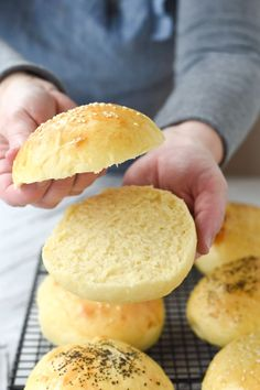 Impress your summer bbq guests with homemade hamburger buns using this quick and easy hamburger bun recipe. Best Burger Buns, Homemade Burger Buns, Homemade Hamburgers, Best Bread Recipe, Bread Recipes, Hamburger Bun Recipe, Gluten Free Hamburger Buns, Burger Bread, Summer Bbq