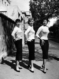 Sophia Loren con la madre Romilda Villani e la sorella Maria Scicolone. La madre aveva vinto nel 1932 un concorso per andare a Hollywood come sosia di Greta Garbo, ma rimase incinta e rinunciò. Il padre Riccardo Scicolone (figlio del marchese agrigentino Scicolone Murillo) riconobbe la paternità della bambina ma rifiutò  di sposare Romilda, che si trovò ben presto in gravi ristrettezze economiche. In seguito Romilda ha sempre accompagnato la figlia nella sua carriera