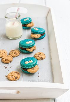 How adorable are these Cookie Monster Macarons by Raspberri Cupcakes? Party Desserts, Just Desserts, Delicious Desserts, Yummy Food, Macaroons, Macaron Cookies, Milk Cookies, Cookie Recipes, Dessert Recipes