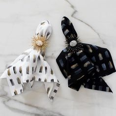 Yin & Yang 🌗 Could this contrasting brushstroke napkin and starburst napkin combo be any cooler?!? We paired these hand painted linen napkins with our newly added napkin rings for a gorgeous result we'd love to see at our next dinner par