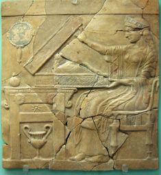 Perséfone la apertura de una cista que contenía el niño Adonis, en un pinax de Locri