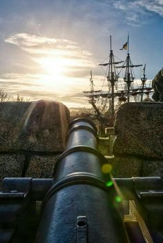 A cannon's view from the fort with a pirate ship near! Pirate Art, Pirate Life, Pirate Ships, Pirate Crafts, Walking The Plank, Black Sails, Treasure Island, Tall Ships, Pirates Of The Caribbean