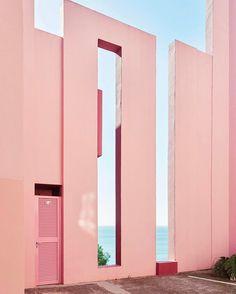 "411 Gostos, 4 Comentários - Minimal Zine (@minimalzine) no Instagram: ""'La Muralla Roja' behind the lens of the photographer Gregori Civera @gregori_civera x #minimalzine…"""