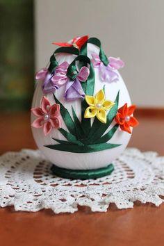 Veľkonočné vajíčko s kvietkami / armas - SAShE. Quilted Ornaments, Fabric Ornaments, Fall Crafts For Kids, Holiday Crafts, Painted Pinecones, Easter Fabric, Kanzashi Flowers, Ribbon Art, Egg Art