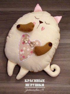 Patrón para hacer un bonito y dulce cojín de gato durmiendo.  Gatitos corazon en fieltroDIY cojín almohada oso pandaMoldes para hacer cojines o almohadas emoticonesDIY cojines con cara de muñecasComo hacer un cojín de Pokeball de PokemonCojines de monstruitosConejos de tela con patronesMonstruitos de tela con patronesCojin ovejitaCojines con retales tipo patchworkPatrón …