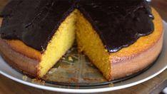 Receita com instruções em vídeo: Que tal fazer um bolo de cenoura em casa? Com cobertura de chocolate, é claro. Ingredientes: 3 cenouras médias, 3 ovos, 3/4 de xícara de óleo vegetal, 2 xícaras de farinha, 1,5 xícaras de açúcar, 15 gramas de fermento, + 1 xícara de açúcar para a calda, 1 xícara de achocolatado, 1/4 de xícara de leite, 50g de manteiga