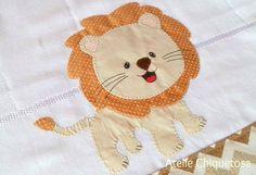 Fralda tamanho grande, dupla e de excelente qualidade. Pode ser usada como toalha fralda, fralda cobre bebê ou fralda de ombro. Possuem um barrado decorativo, feito em tecido tricoline 100% algodão e aplicação de leão + nome do bebê. Medidas aproximadas: 80 x 80 cm