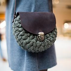 """Стримана та """"з характером""""). Виключно для міської леді- завжди в русі, при собі-найнеобхідніше!Ще один витвір від @snug.ua . Колір """"хакі"""", матеріали- традиційно найкращі!) by @k.kaverznaya #bag #leatherbags #leatherwork #handmade #snug #сумкакиев #сумкаукраина #сумка #клатч #украина #киев #натуральнаякожа #трикотажнаяпряжа #клатчкиев #ручнаяработаукраина #ручнаяработаназаказ"""