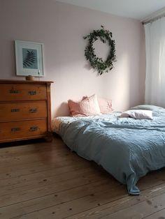 Hallo liebe So-Leb-Ich-Gemeinde; ich melde mich mal mit einem Bild aus meinem Schlafzimmer zurück. Im Sommer habe ich die Wand gestrichen und das alte Bett abgebaut. Wir fühlen uns sehr wohl in unserer neuen Kuschelhöhle. Vor zwei Wochen habe ich mal wieder einen großen Kranz gemacht; der hing bis gestern über dem Bett und hat den Raum mit seinem Duft erfüllt. Habt einen schönen Sonntagnachmittag!!!