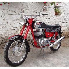 probably the best two stroke in the world Moto Jawa, Moto Bike, Motorcycle Bike, Antique Motorcycles, American Motorcycles, Cars And Motorcycles, Classic Road Bike, Classic Bikes, Jawa 350
