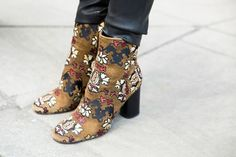 London Fashion Week: Women's Street Style Fall 2016 Day 5 - The Impression Crazy Shoes, Me Too Shoes, Sock Shoes, Shoe Boots, Ankle Boots, Botas Boho, Autumn Street Style, Mode Inspiration, Beautiful Shoes