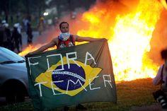 Um estudante exibe uma bandeira do Brasil com a mensagem 'Fora Temer' durante protesto contra a PEC 55, que limita os gastos públicos para os próximos 20 anos, na Esplanada dos Ministérios, em Brasília
