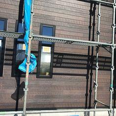 4LDKで、部屋全体/ウッド調/ダークブラウン/キャスティングウッド/外壁工事中/外壁についてのインテリア実例。 「8/26... 外壁...」 (2018-08-26 22:37:11に共有されました) Landline Phone, Exterior, Outdoors