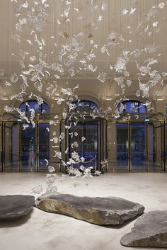 Lasvit has created an artistic glass sculpture called Dancing Leaves Evoking a gust of wind, gradually spiraling upwards, created by entering the hotel lobby. A breathtaking sight of magically flyi… Hotel Lobby Design, Sycamore Leaf, Sycamore Trees, Peninsula Paris, Photographe Architecture, Design Entrée, Most Luxurious Hotels, Glass Installation, Beautiful Hotels