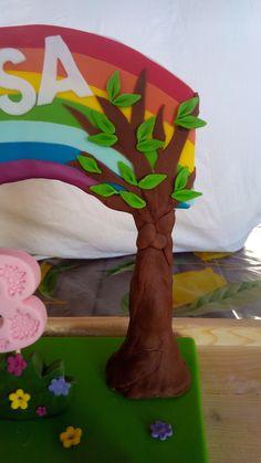 #Torta in #pdz #pastadizucchero di #Peppapig con #Peppa e i suoi #amici #cakedesign, particolare dell' #albero e dell' #arcobaleno