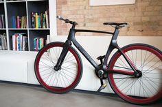 Votre vélo est-il capable de suivre votre rythme cardiaque, les calories brûlées et la performance globale ? Est-il équipé de capteurs de sécurité en cas de vol ? Est-ce qu'il inclut la navigation entièrement fonctionnelle et la connectivité Bluetooth ?