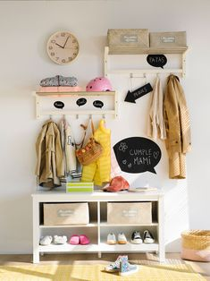 00454884. Recibidor con banco y colgadoers en la pared_00454884 Organization Hacks, Organizing Tips, Clean House, Entryway Bench, Room, Furniture, Grande, Home Decor, Cleaning