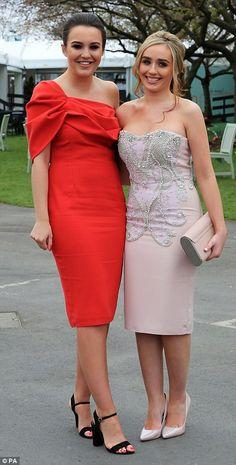 Belles da bola!  Uma garota glamourosa destacou-se em um vestido vermelho de um ombro, enquanto seu amigo optou por um vestido rosa sem alças com pérola e diamante embelezamento