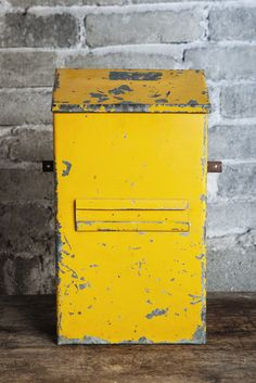 Vanha postilaatikko / Old mailbox  tags: #orankivintage #vintage #sisustus #huonekalut #furniture #industrial #teollisuus #midcentury #antiques #antiikki #untiques #untiikki #helsinki #koti #furniture #home #sisustusliike #interiordesign #interior #interiors #homedecor #mailbox #postbox #postilaatikko #vanha #yellow #keltainen