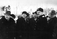 Pääministeri Urho Kekkonen, ulkoministeri Johannes Virolainen ja Porkkalan neuvostotukikohtaa komentanut kenraali Sergei Kabanov vuokra-alueen luovutustarkastuksessa tammikuussa 1956.