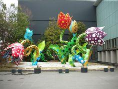 Un'installazione a cielo aperto di Yayoi Kusama