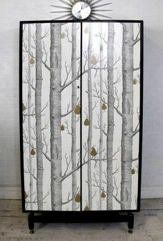 relooker-armoire-ancienne-papier-peint-foret-nordique-style-scandinave-arbres-décor-en-noir-et-blanc-idée-chambre-scandinave