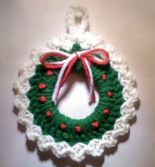 This neat Christmas wreath is designed by Amy Sobush. It's 12.5 cm in diameter and easy to make. The crochet pattern is a free Ravelry download.