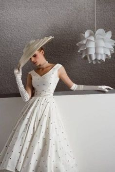 Retro Fashion White Spotted Dress My Grandmother used to wear this style of dresses from pics from the - Moda Vintage, Vintage Mode, Vintage Outfits, Vintage Dresses, Vintage Fashion, 1950s Dresses, Vintage Clothing, Fifties Fashion, 1950s Fashion Dresses