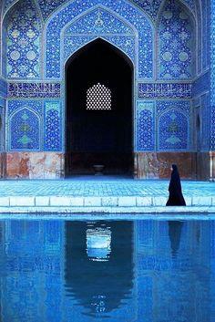 Beautiful blue Islamic art and architecture. Esfahan Iran by Kazuyohi Nomachi Art Et Architecture, Islamic Architecture, Beautiful Architecture, Beautiful World, Beautiful Places, Beautiful Pictures, Fotojournalismus, Iran Travel, Blue Mosque