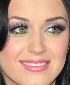 love katy perry's eye makeup in this pic, suits her