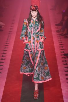 Gucci Spring 2017 Ready-to-Wear Collection Photos - Vogue Fashion 2017, Love Fashion, Runway Fashion, Fashion Models, Spring Fashion, High Fashion, Fashion Show, Fashion Outfits, Womens Fashion