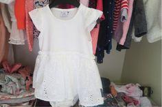 De kledingkast op de babykamer van onze baby (meisje) ! Ik show je de inhoud van haar garderobe kast, de favoriete kledingstukken en handige budgettips en DIY tips! #Budget # Mamablog #babyuitzet # zwanger