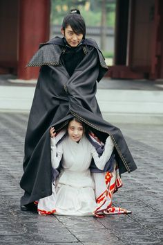 Hahaha dhaaawwwhh!!! How cute and adorable is this bts pic! Augh I love this pairing way too much!! IU and Lee Joong Ki, Moon Lovers Scarlet Heart Ryeo behind the scenes