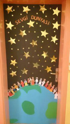 Door Ornament Preschool Present Chart - New Deko Sites Class Decoration, School Decorations, Diy And Crafts, Crafts For Kids, Paper Crafts, Paper Art Video, Class Door, Classroom Door, Pre School