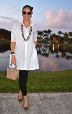 Wearing a simple, every day look that is comfortable, yet polished. White linen tunic by Stella Cara Over 60 Fashion, Over 50 Womens Fashion, 50 Fashion, Fashion Outfits, Mode Outfits, Stylish Outfits, Mode Ab 50, White Shirt Outfits, Elegantes Outfit
