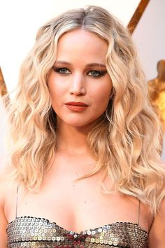 Jennifer Lawrence ditched beach waves in favor of soft, brushed ringlets for the 2018 Oscars, giving her blinged-out gown a more effortless feel, and her now-longer hair added volume. Modern Hairstyles, Trending Hairstyles, Wig Hairstyles, Beach Hairstyles, Modern Haircuts, Men's Hairstyle, Wedding Hairstyle, Hairstyle Ideas, Pelo Jennifer Lawrence