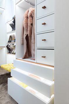 Begehbarer Kleiderschrank mit integrierter Beleuchtung    Walk-in closet with integrated lights    Foto: Viktoria Stutz